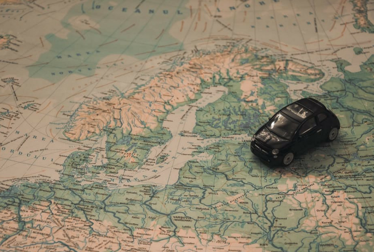 Map and miniature Fiat 500