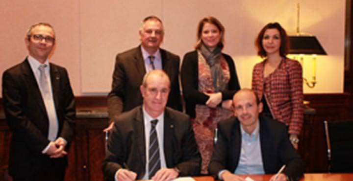 Signature de convention en le LCL et l'école de commerce
