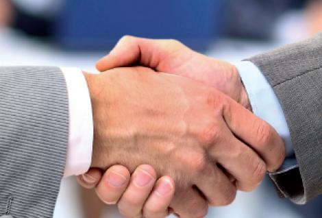poigner de main - partenariat avec l'école de commerce