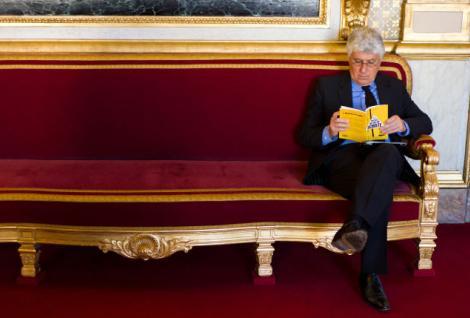 Le Ministre de l Ecologie, Philippe Martin lit un livre intitulé le mirage du gaz de schiste.