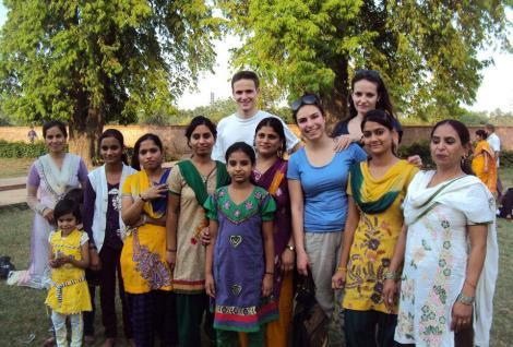 les étudiants de l'école de commerce avec le projet Guria